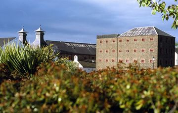 Thumb_the_old_bushmills_distillery_-_tourism_ireland